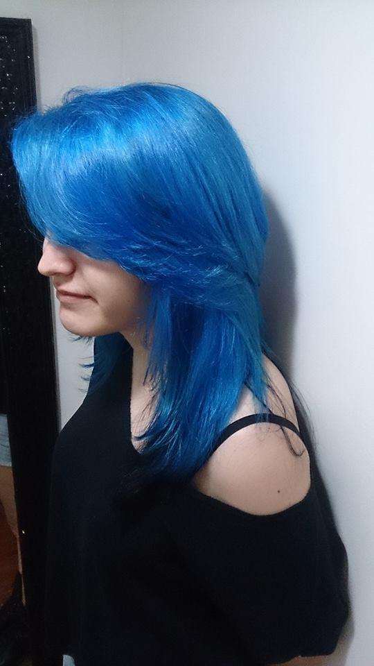 descoloração global  e tonalizado com kera tom azul  auxiliar cabeleireiro(a) depilador(a) designer de sobrancelhas manicure e pedicure cabeleireiro(a) escovista recepcionista