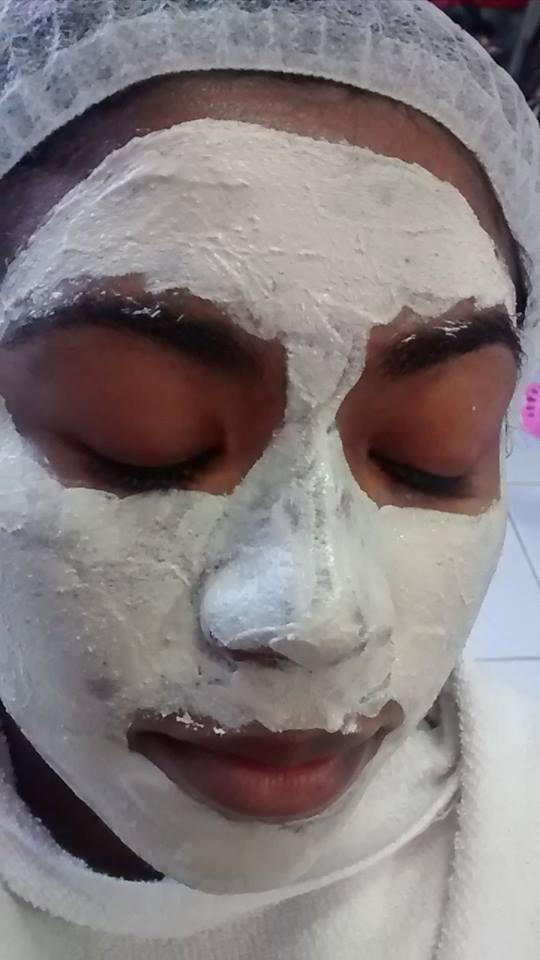 Tratamento de clareamento com argila branca maquiador(a) esteticista designer de sobrancelhas