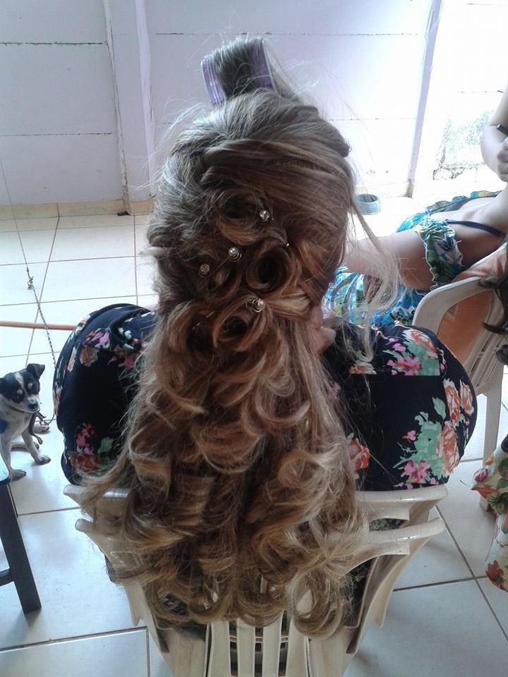 PENTEADO REALIZADO EM MADRINHA DE CASAMENTO cabeleireiro(a)