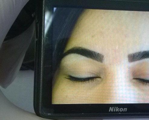 Designer de sobrancelhas com preenchimento com henna maquiador(a) consultor(a) de estetica