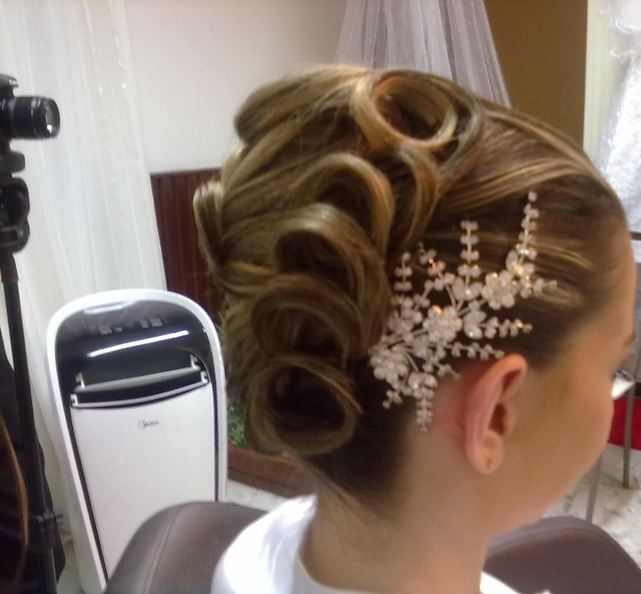 Penteado para noivas! Os cabelos foram preparados com ondulação feitos com modelador, em seguida feito uma base em forma de banana chignon, depois segui o pedido da cliente para obter está finalização. cabeleireiro(a)