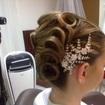 Penteado para noivas!Os cabelos foram preparados com ondulação feitos com modelador, em seguida feito uma base em forma de banana chignon, depois segui o pedido da cliente para obter está finalização.