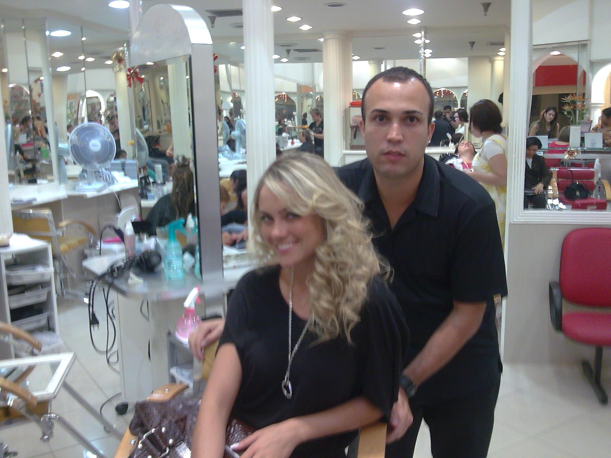 Com a atris Ellen Roche  cabeleireiro(a)