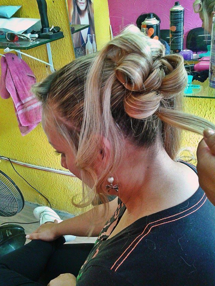 Penteado Coque alto com Bucles maquiador(a) auxiliar cabeleireiro(a)