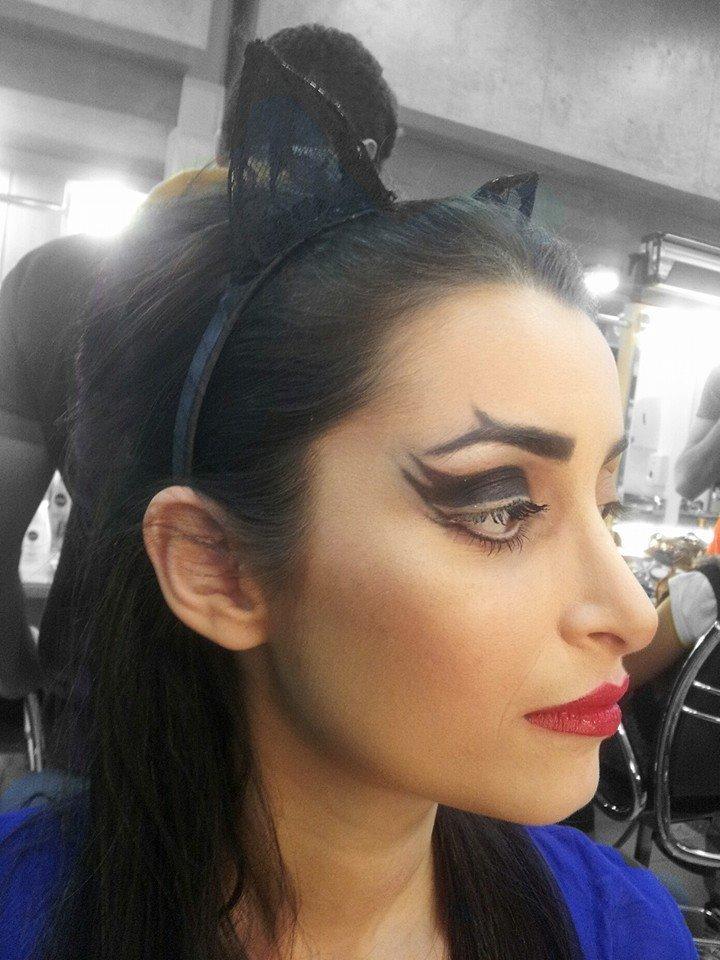 Maquiagem e Penteado Tematico Maquiagem conceitual com semi preso com topete alto e acessório maquiador(a) auxiliar cabeleireiro(a)