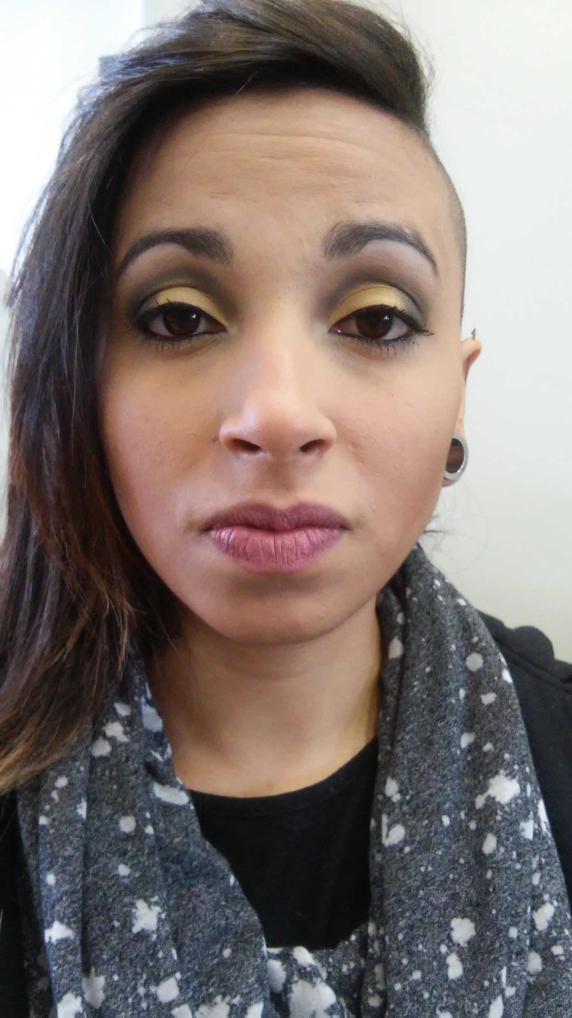 Maquiagem monocomática Esta maquiagem foi desenvolvida inspirada nas cores monocromáticas. Foi usado o tom de amarelo nos olhos com um esfumado marrom e na boca um batom nude para realçar mais o olhar. nude, esfumado, dia-a-dia, trabalho, rock maquiagem  esteticista maquiador(a)