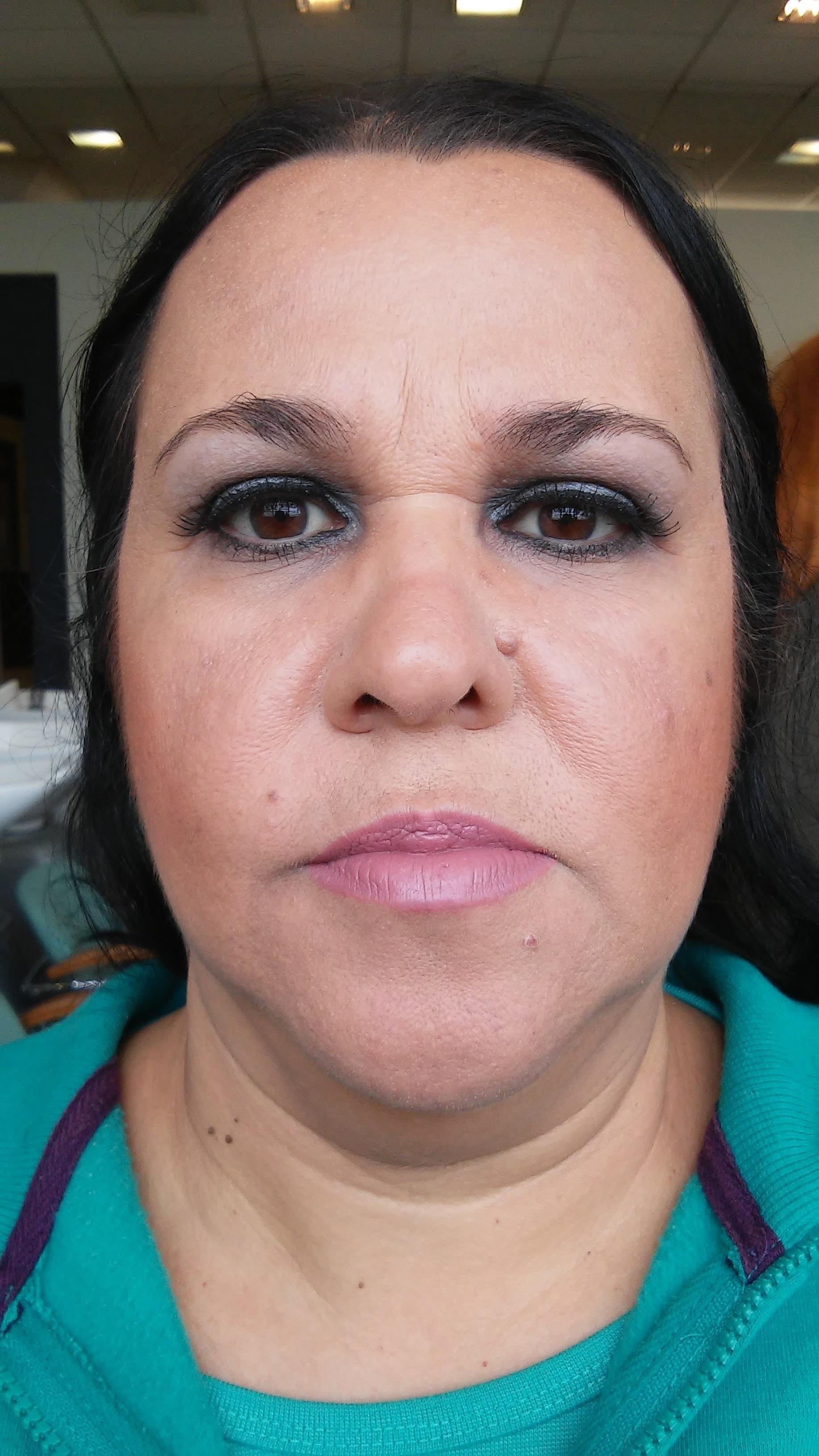 Pele madura Esta maquiagem foi voltada á pele madura, onde foi usado produtos específicos para a mesma. Por ser uma maquiagem para a noite, foi usado tons escuros nos olhos mas sem pesar muito e um tom mais claro na boca para realçar mais o olhar. esteticista maquiador(a)