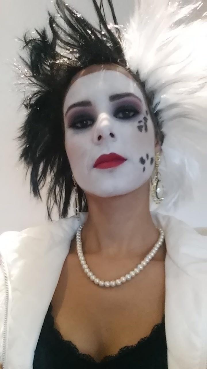 Maquiagem Artística Esta maquiagem artística, foi desenvolvida no tema vilãs da Disney, onde foi inspirada a Cruella. cruella, halloween, esfumado, festa á fantasia maquiagem  esteticista maquiador(a)