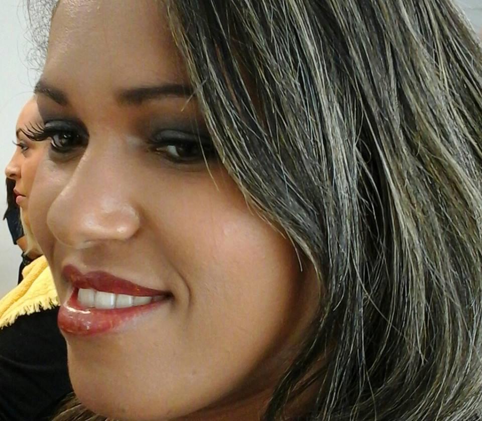 designer de sobrancelhas auxiliar cabeleireiro(a) assistente maquiador(a)