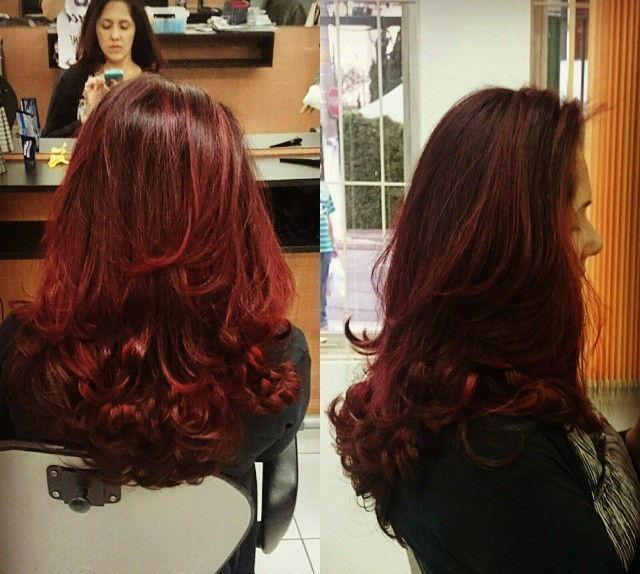 Cabelo com iluminação vermelha realizado luzes no topo e em seguida coloração vermelha em todo o cabelo para dar o efeito iluminado. vinho, escova, degrade, festa cabelo  visagista cabeleireiro(a) outros auxiliar cabeleireiro(a)