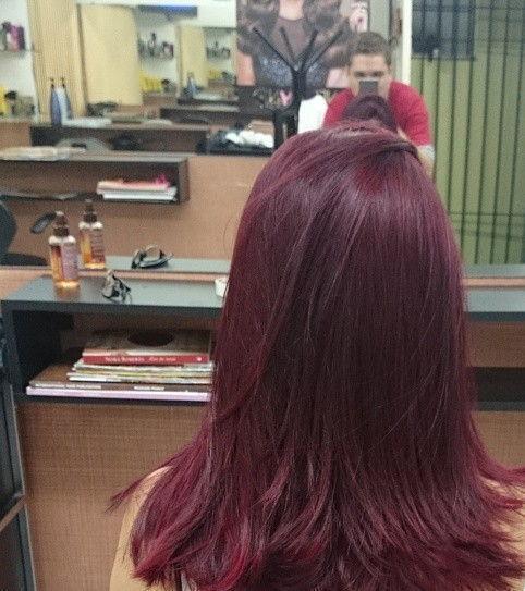 Vermelho acaju com pontas iluminadas. Pré californiana e coloração total para iluminação. vinho, escova cabelo  visagista cabeleireiro(a) outros auxiliar cabeleireiro(a)