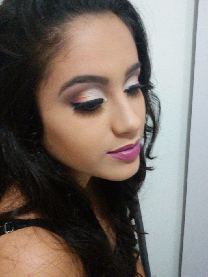 Cut crease Também uma das mais belas maquiagens que eu já vi *--*  na minha modelo Carolina, fiz um simples marcado de cut crease com um esfumado bafo... amei #esperoquegostem  simples, festa, dia e noite, esfumado maquiagem  maquiador(a)