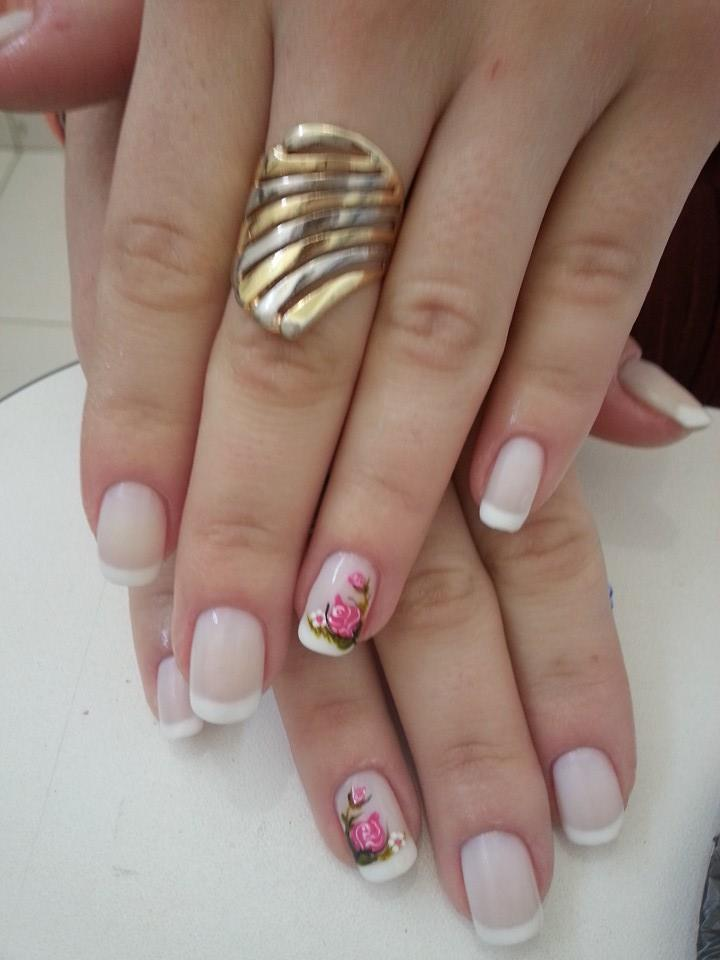 francesinha branca, básica, dia-a-dia, flor rosa unhas  manicure e pedicure manicure e pedicure