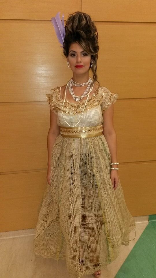 Construção Visagista Foi criado uma figura de uma Imperatriz para um desfile. Sua roupa feita com material reciclável e nos cabelos usado bobs para sustentação do penteado! cabeleireiro(a)
