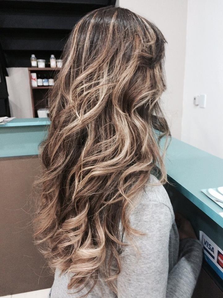 Trabalho de Mechas Esse cabelo foi mantido uma cor de fundo mais escuro para destacar as mechas. Foi feito dois tons de mechas na cores 7.3 e 8.31 mechas californianas, casamento, festa, ano novo, platinado cabelo  cabeleireiro(a)
