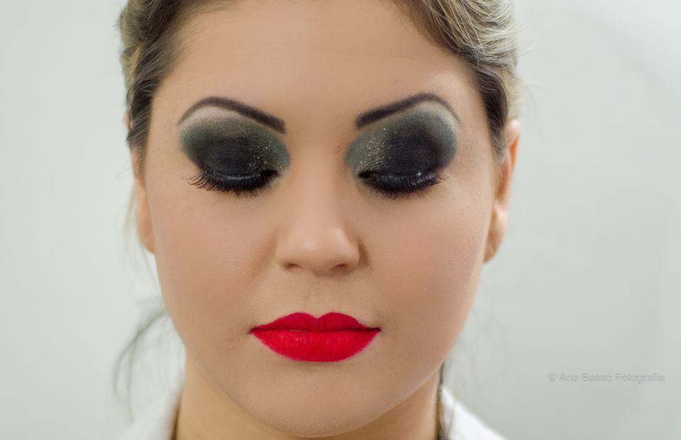 Olho Preto E para aquelas que gostam de marcar e arrasar nas festas ou baladas fiz esta make olho preto e boca vermelho, pq olho tudo e boca tudo pode sim! maquiador(a)