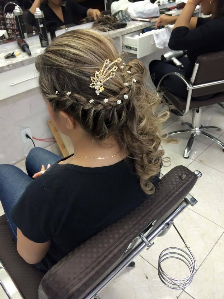 penteado penteado com trança laterais e cachos para esconder o nó. visagista