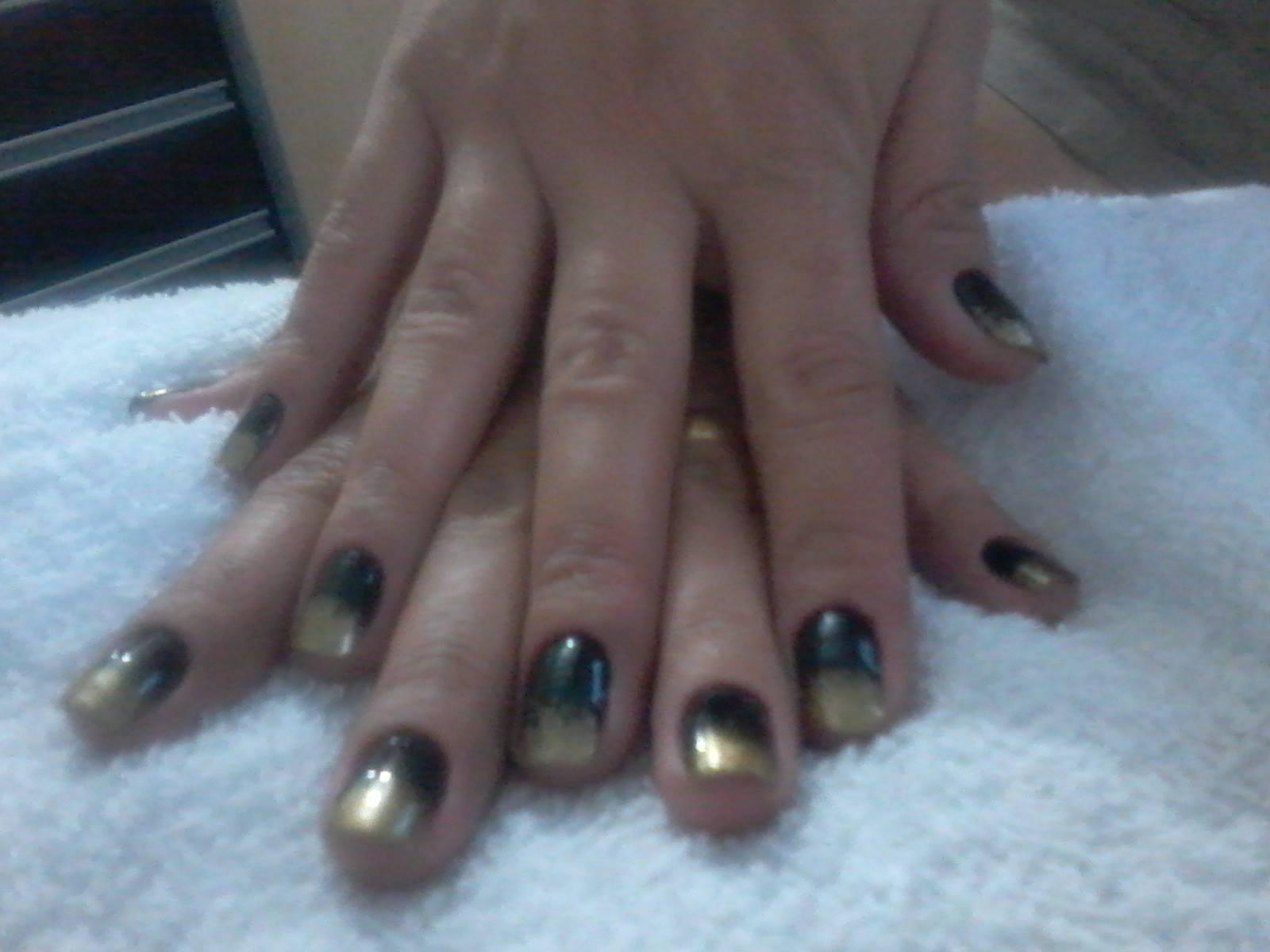 Unha ombre Realizado em mi mesma,usado esmlte preto por baixo e dourado por cima com uma buchinha de lava louça manicure e pedicure podólogo(a) designer de sobrancelhas depilador(a)
