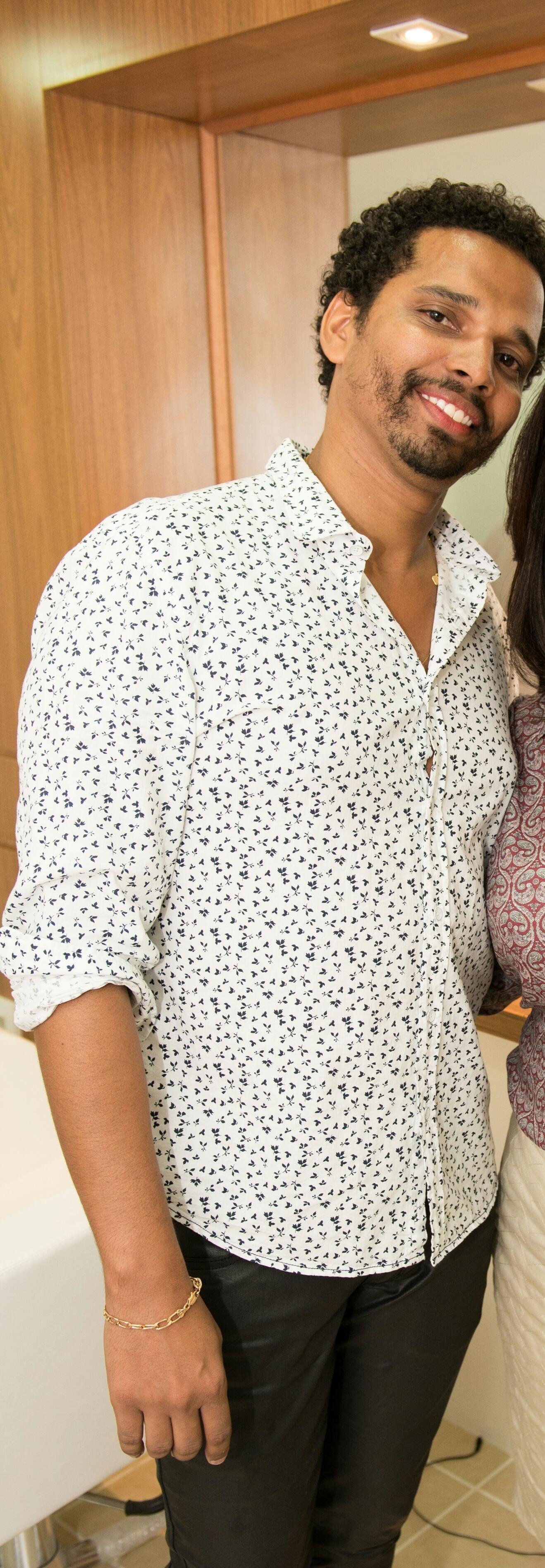 Sandro Alves Hair  Stylist Sou um profissional  muito feliz naquilo que faço, tive oportunidade de começar  cedo no ramo da beleza e isso me trouxe uma grande experiência em todas as áreas  da minha vida,tive a chance de conhecer pessoas bacanas que cruzaram meu caminho me ensinando coisas que trago comigo até hoje.       AMO SER CABELEIREIRO. cabeleireiro(a)