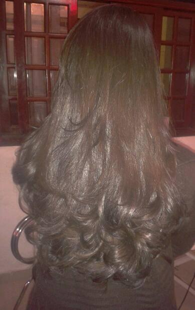 escova enrolada lavei o cabelo da cliente depois tirei o excesso de agua e escovei para fora e coloquei grampo para fixar mais. auxiliar cabeleireiro(a)