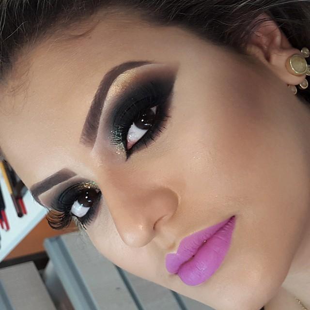 preto, batom roxo, glitter  maquiagem  maquiador(a)