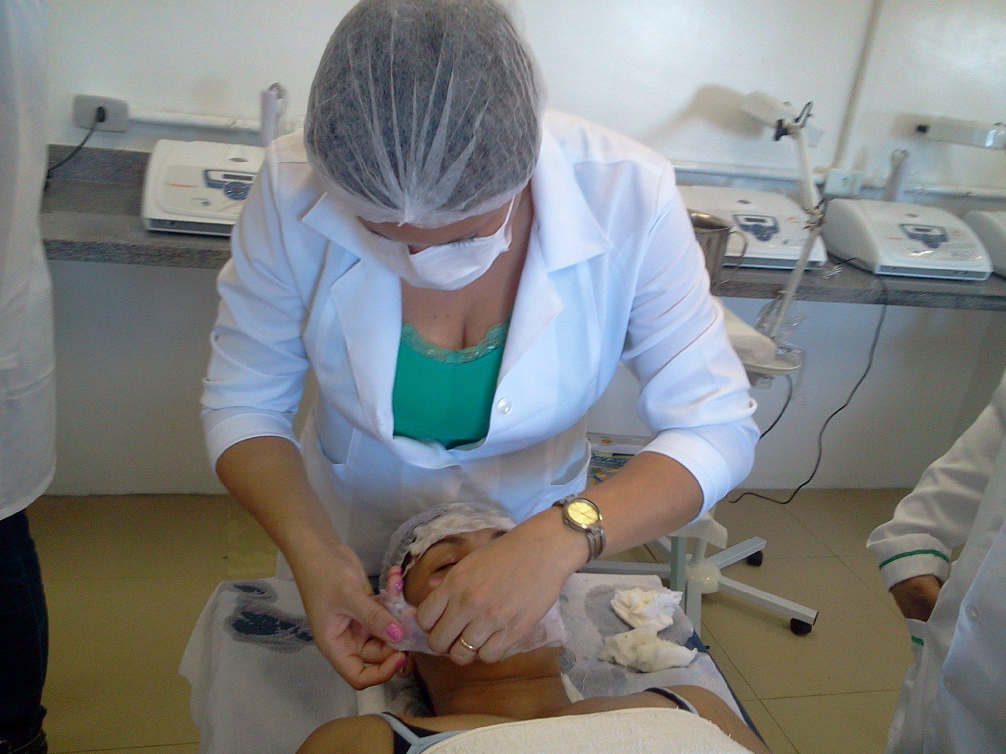 Tratamento facial esteticista promotor(a) de vendas estudante