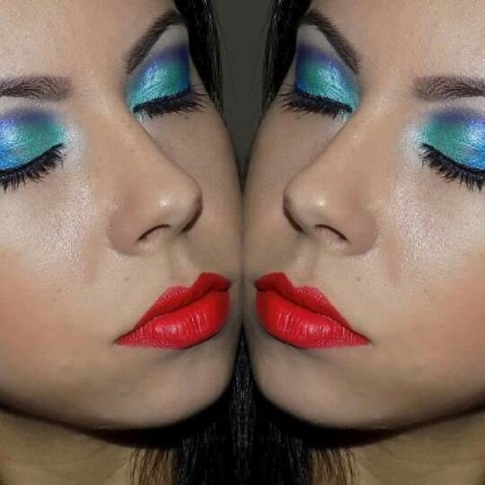 Make cores frias e batom vermelho maquiador(a)