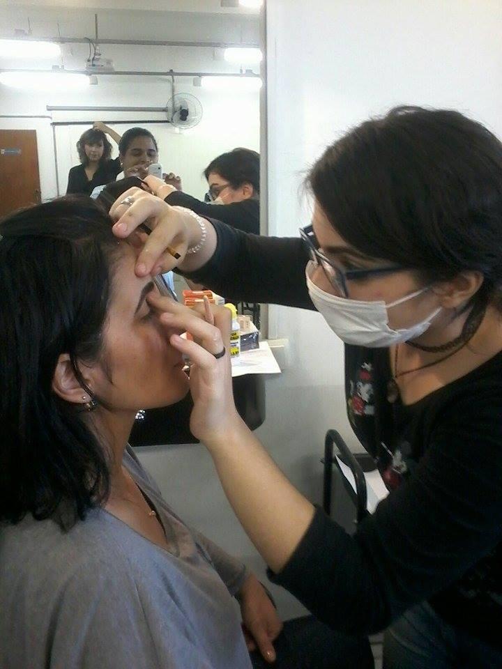 Design de sobrancelhas + henna Finalizando o procedimento. esteticista designer de sobrancelhas maquiador(a) depilador(a) esteticista esteticista esteticista