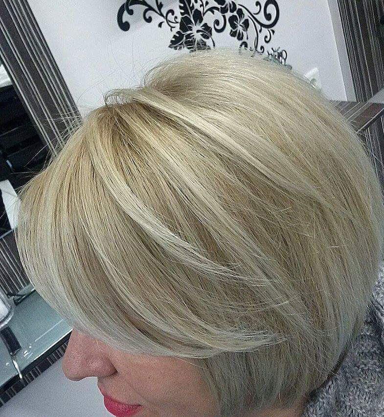 Corte curto e louro geral. cabeleireiro(a)