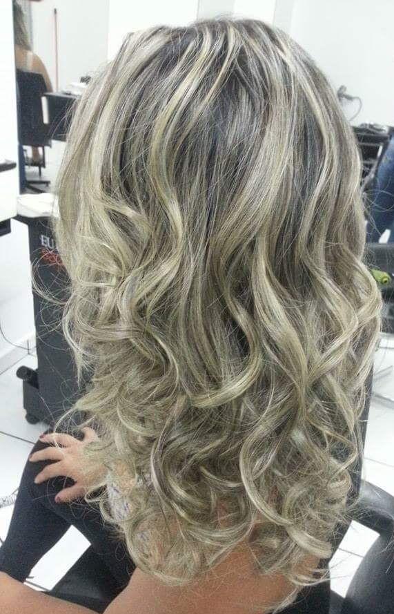 Luzes e escova ondulada cabeleireiro(a)