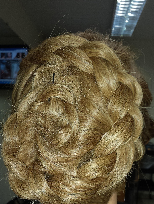 Tranças e coques. cabeleireiro(a)