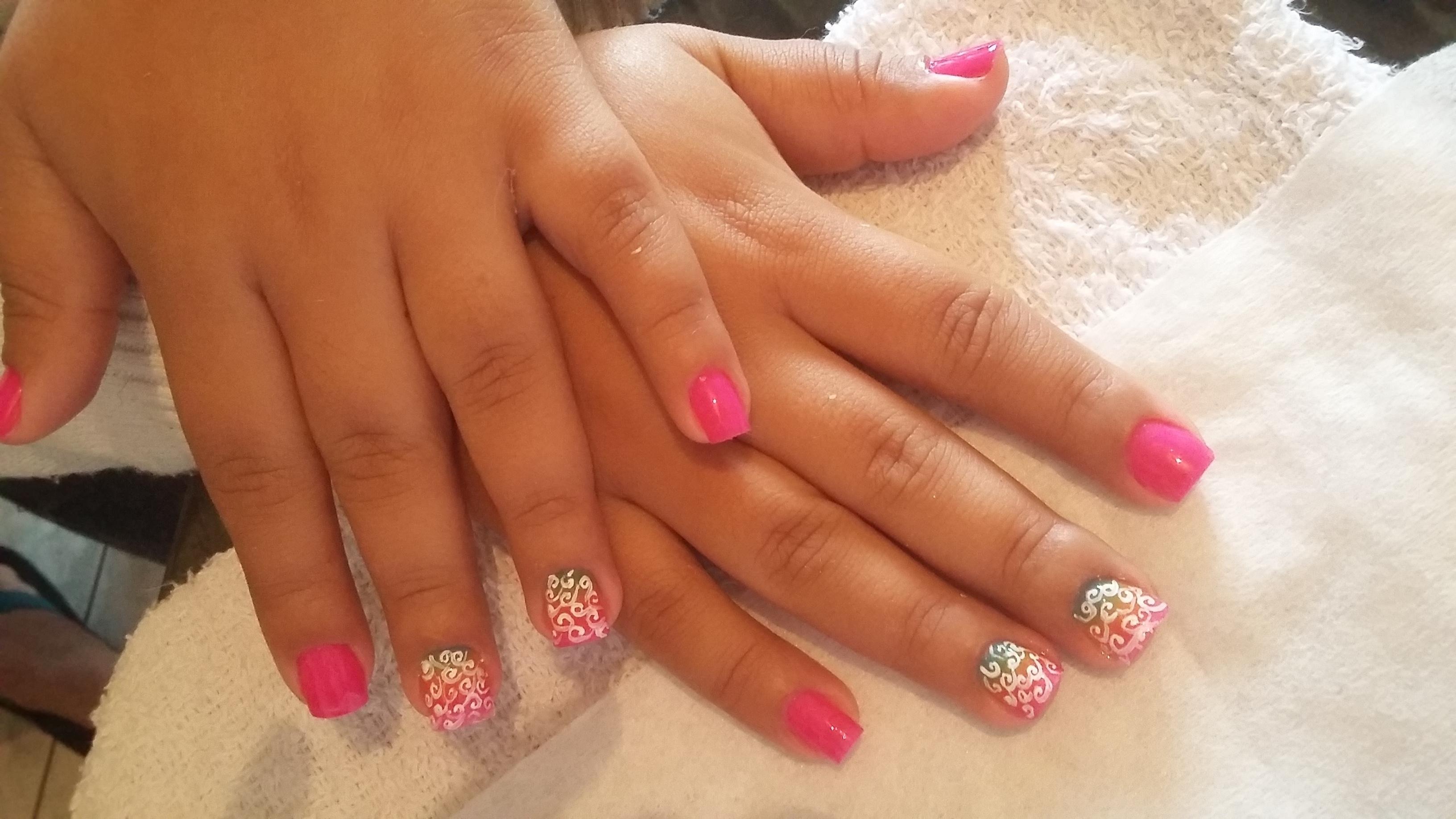 Unhas com arabescos Usei um esmalte rosa. Fiz o degrade colorido com a esponjinha. e os arabescos com pincel e tinha branca. manicure e pedicure