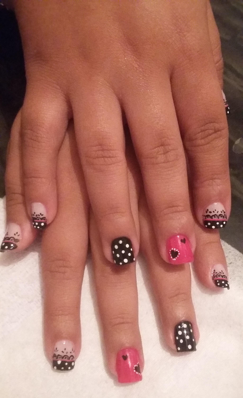 Unhas decoradas usei o esmalte rosa e preto. No desenho usei tinta de tecido com boleador e pincel.  manicure e pedicure