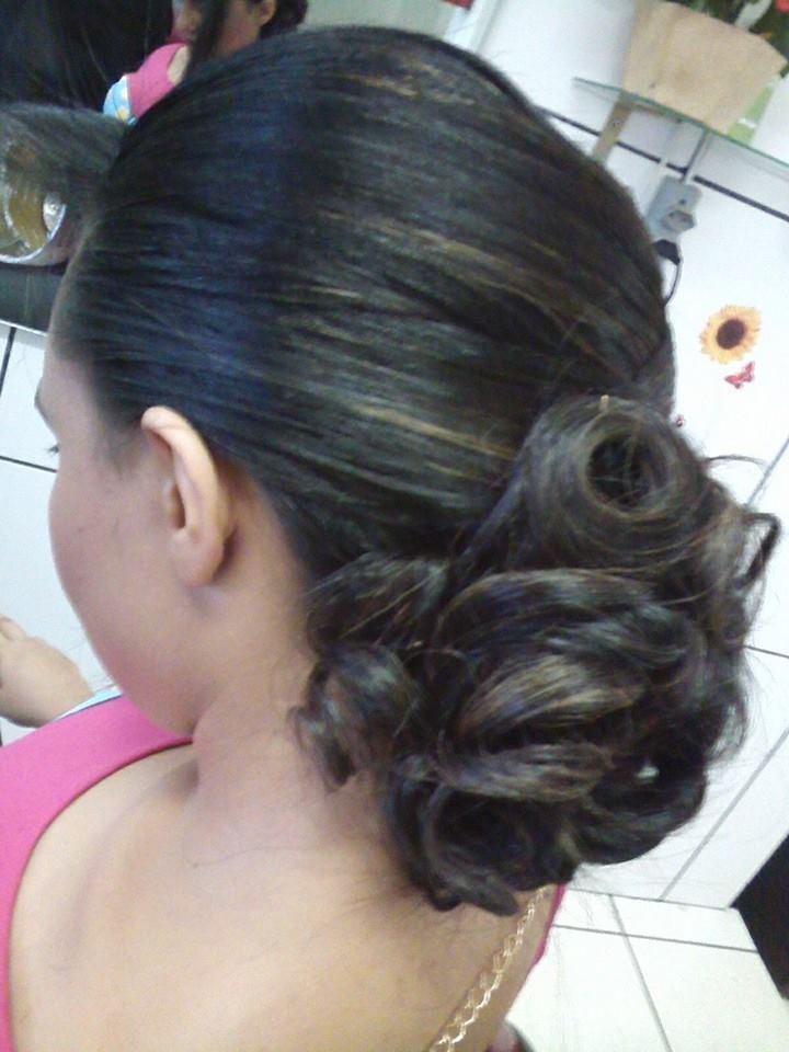 maquiagem e penteado e corte e cor, e luzes....,  O cabelo foi preparado, e moldado cachos com prancha e depois montado o penteado.  cabeleireiro(a) stylist maquiador(a) massagista visagista