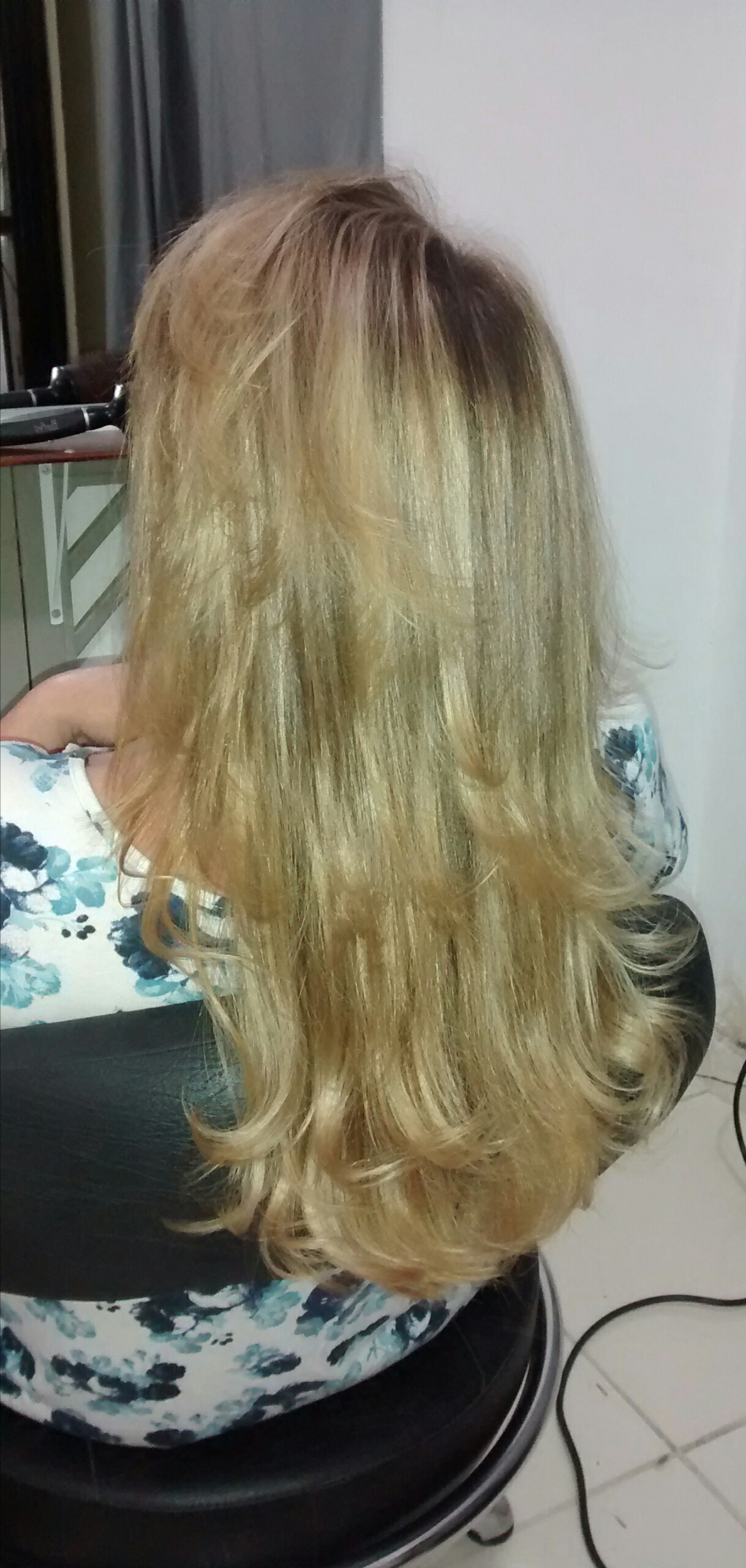 Mechas douradas. cabeleireiro(a)