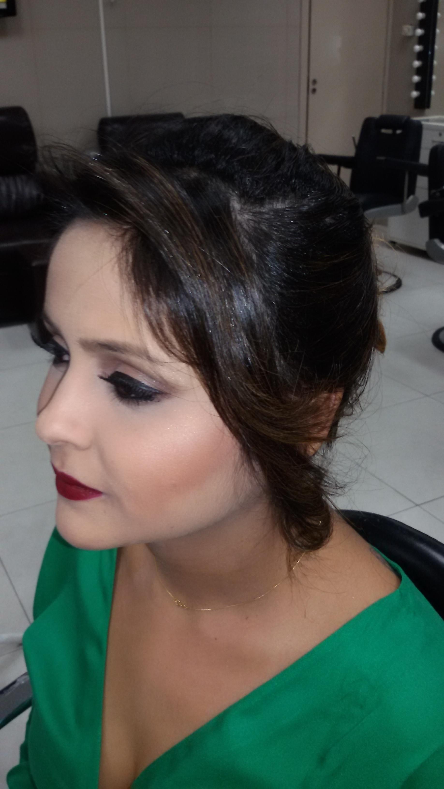 Penteado por Vani Gomes.  cabeleireiro(a) stylist maquiador(a) massagista visagista