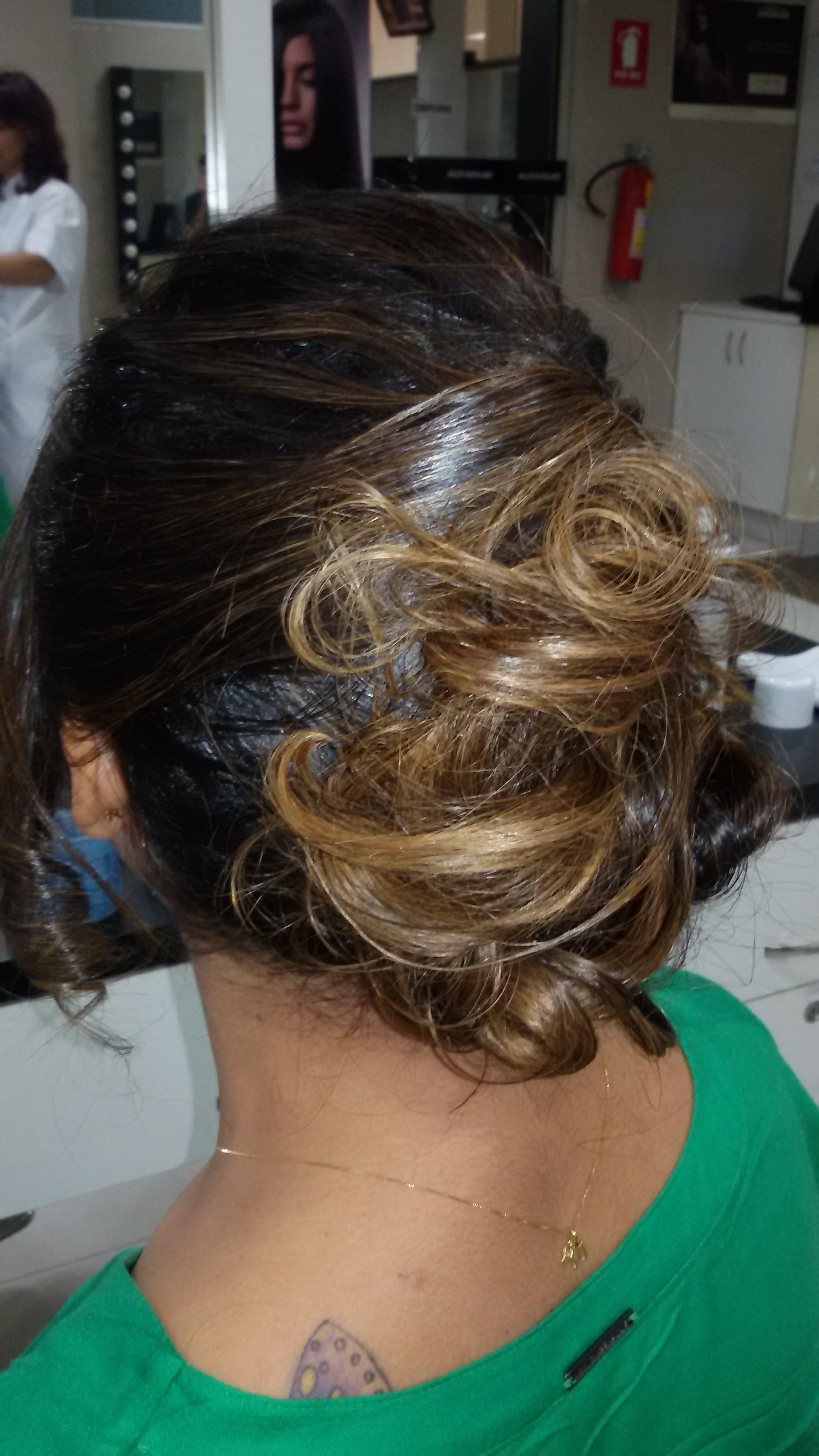 Trabalho de Vani Gomes.  Coque despojado. cabeleireiro(a) stylist maquiador(a) massagista visagista