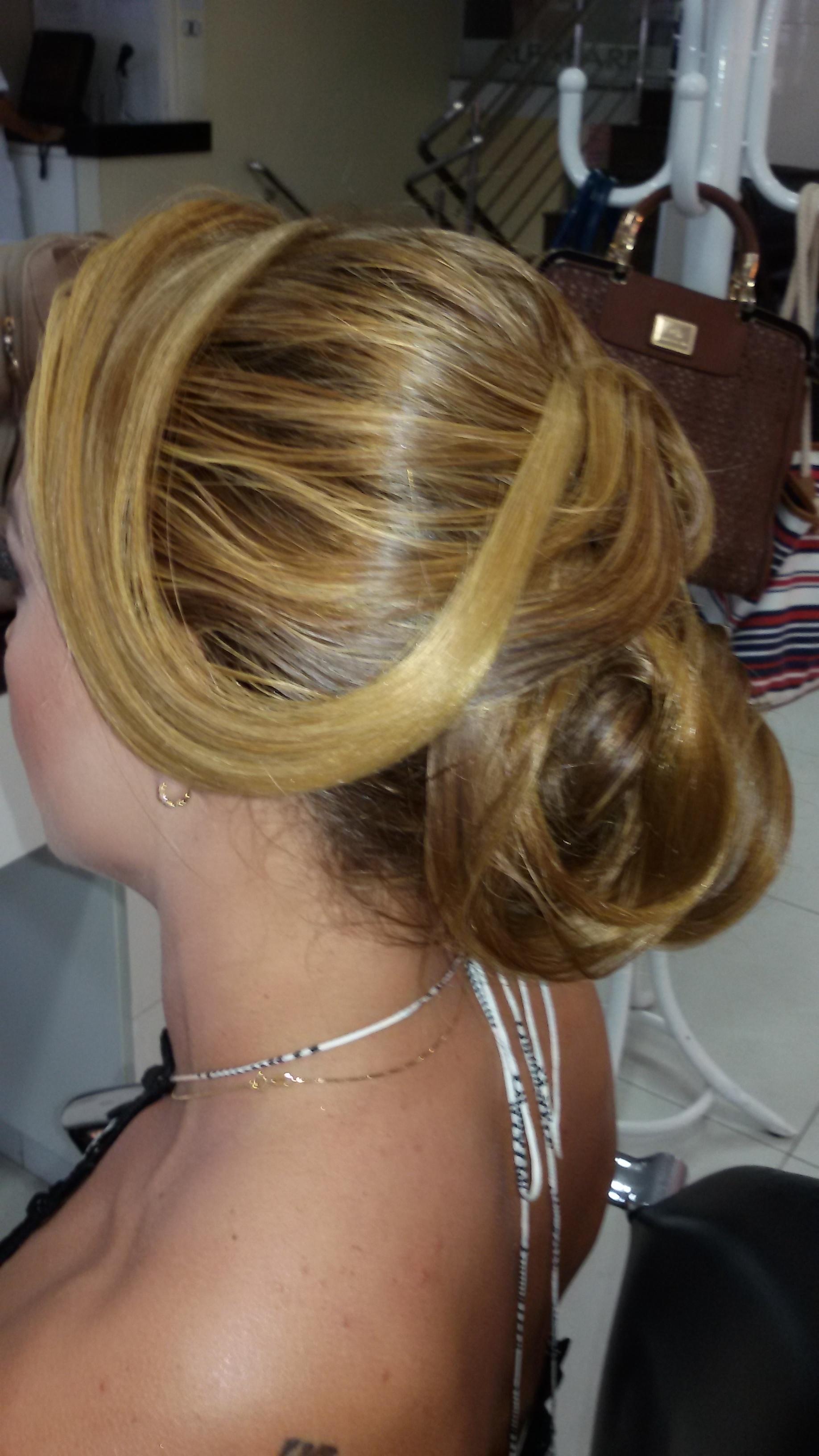 Penteado, por Vani Gomes.  Coque espanhol Livre.  cabeleireiro(a) stylist maquiador(a) massagista visagista