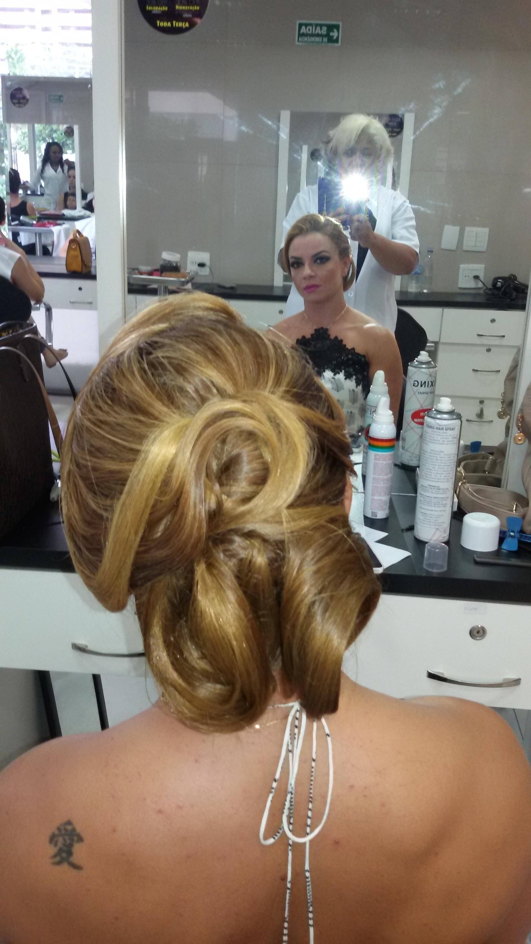 Penteado, por Vani Gomes.  cabeleireiro(a) stylist maquiador(a) massagista visagista