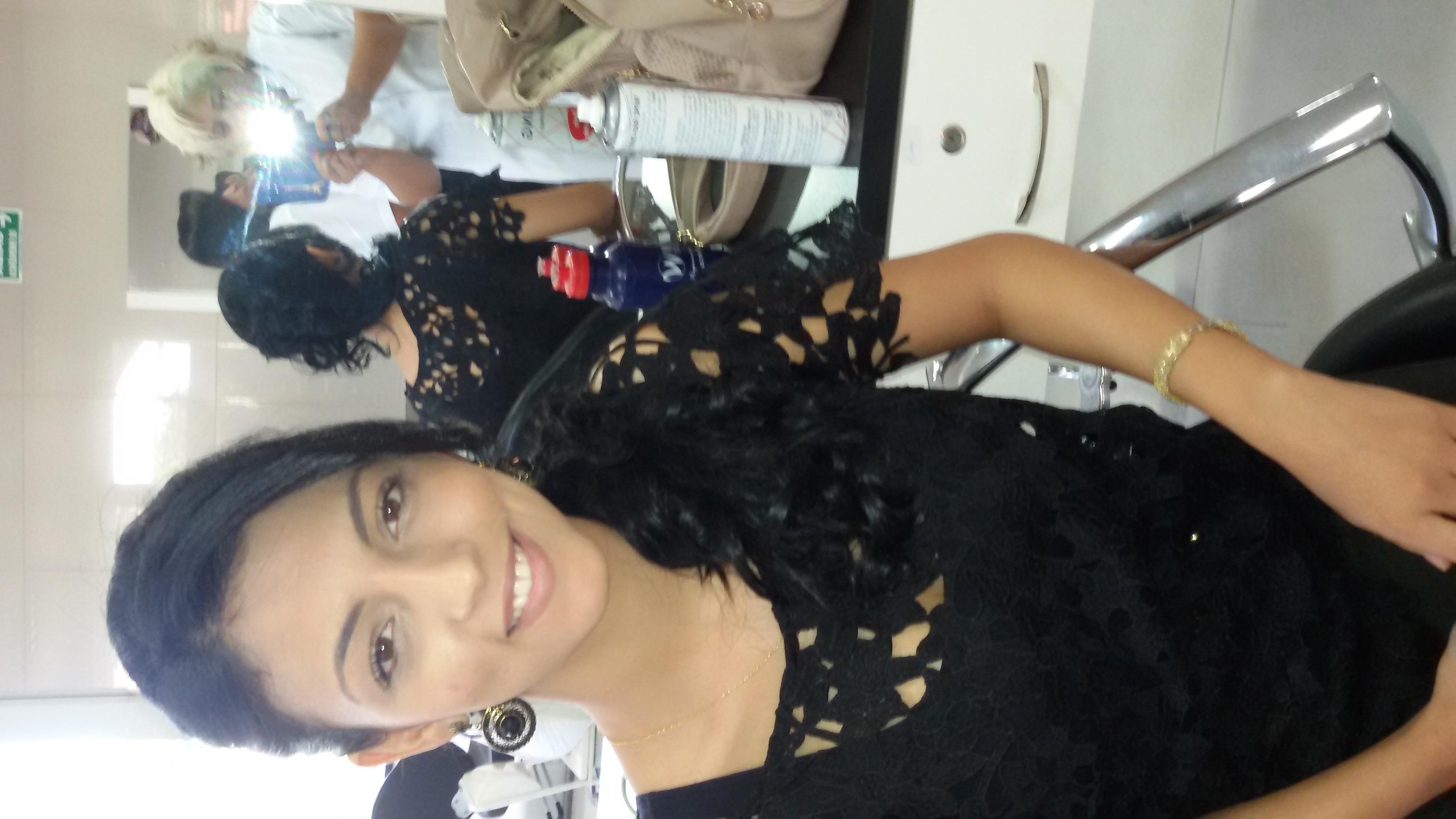 Penteado, por Vani Gomes.  Seme preso,  com baby-liss lisss.  cabeleireiro(a) stylist maquiador(a) massagista visagista