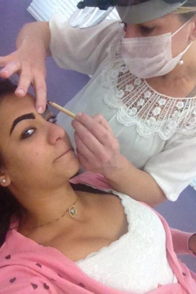 APLICANDO A TECNICA depilador(a) designer de sobrancelhas