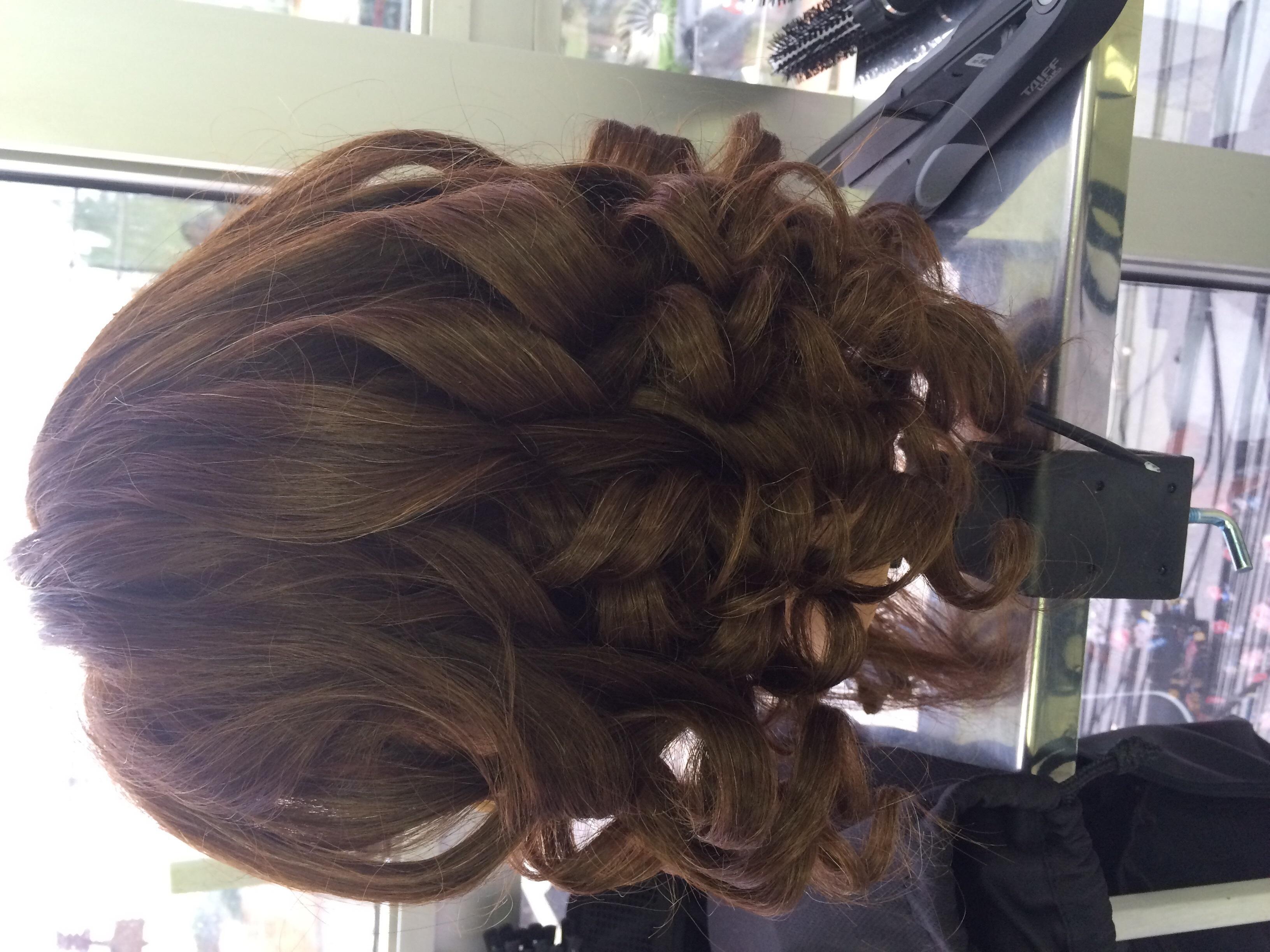 Cabelo modelado com piastra auxiliar cabeleireiro(a)
