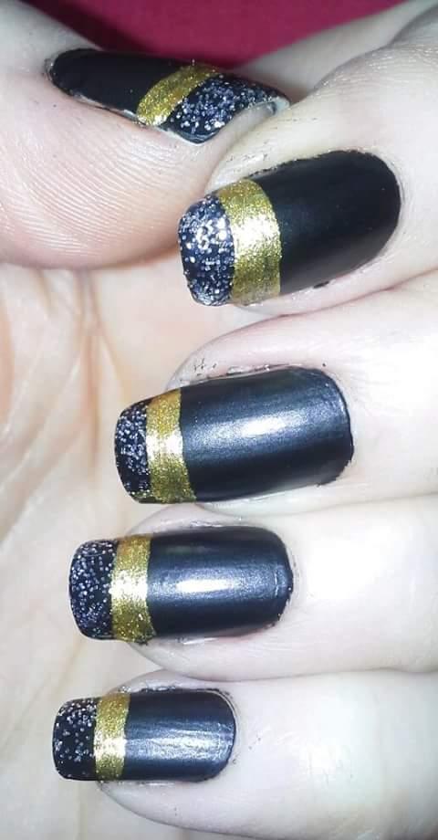 mão decorada azul, dourado, glitter unhas  manicure e pedicure designer de sobrancelhas