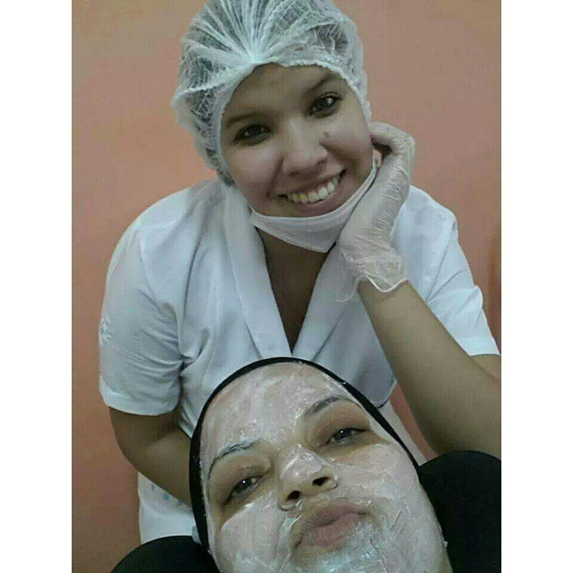 Hidratação facial Indicada para peles desidratadas, ressecadas, com aspecto opaco e sem visço. esteticista