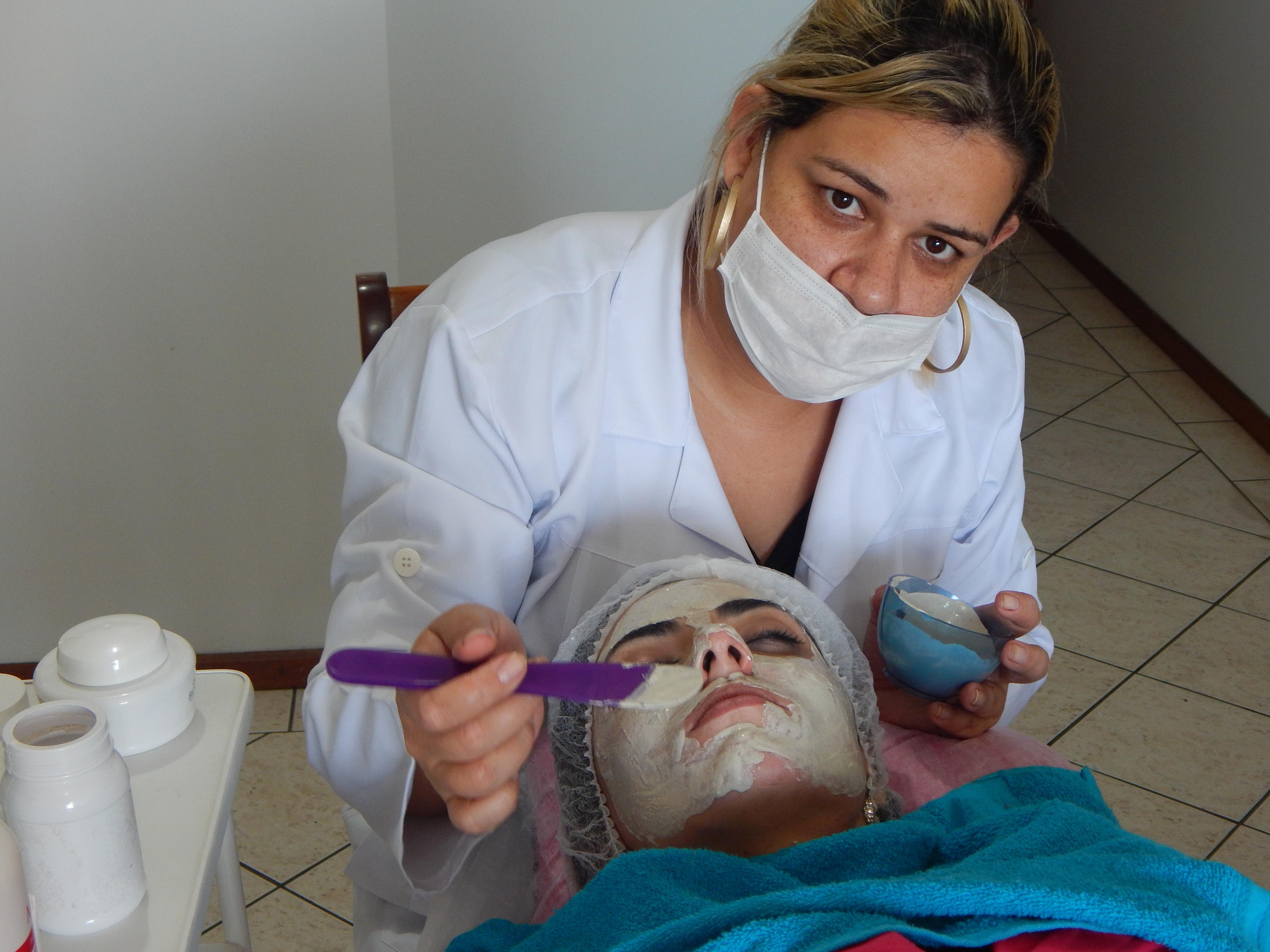 Atendimento domiciliar para conforto do cliente maquiador(a) esteticista designer de sobrancelhas