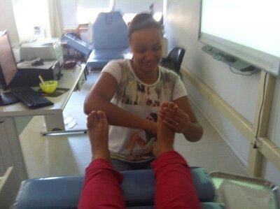 Massagem clássica Por vezes usamos sapatos fechados e/ou apertados, sem ventilação e nem sempre precisamos chegar até o fim do dia para sentirmos dor ou algum desconforto.  Sabendo-se que a massagem é capaz de estimular a circulação sanguínea, Primeira coisa: focar em manobras que irão nutrir e fortalecer a musculatura dos pés promovendo a sensação de bem estar. A massagem relaxante nos pés é uma forma de presentear alguém que você ame e tenha certeza, ela é capaz de fazer uma grande diferença na vida de quem recebe.    podólogo(a)
