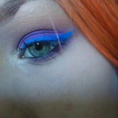 Auto Maquiagem Colorida Maquiagem colorida com delineado colorido para provar que não precisa ter olhos escuros para fazer uma maquiagem colorida #maquiagem #maquiadora #makeup #makeupartist #maquiagemcolorida maquiador(a)