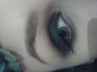 Smokey Eye Black Smokey eye Preto com Glitter no centro da pálpebra para dar mais destaque aos olhos #maquiagem #maquiadora #smokeyeye #olhopreto #olhoesfumado #makeup #makeupartist maquiador(a)