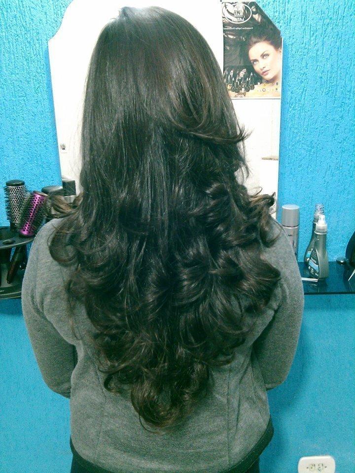 ESCOVA E CORTE  CORTE EM V PROGRAMADO COM FRANJA MARCADA E ESCOVA MODELADA . cabeleireiro(a)