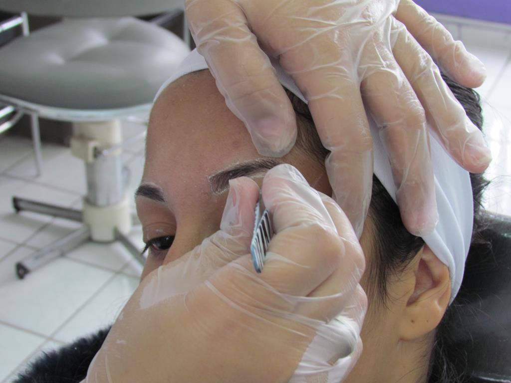 estudante designer de sobrancelhas esteticista